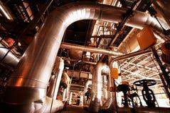 Tubulações, câmaras de ar, maquinaria em uma central energética Imagens de Stock Royalty Free