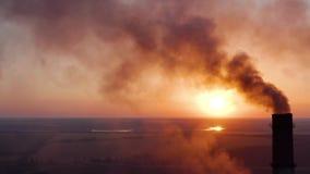 Tubulações com fumo: produção industrial O fumo grosso vem do chemney industrial Poluição do ar do conceito filme