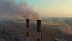 Tubulações com fumo: produção industrial O fumo grosso vem do chemney industrial Poluição do ar do conceito video estoque