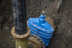 Tubulações com os sensores do calor e da pressão na flange da fonte das tubulações de água fotos de stock