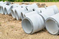Tubulações concretas da drenagem empilhadas para a construção, irrigação, dentro Fotografia de Stock Royalty Free