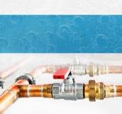 Tubulações, conector e válvulas de cobre com conectores imagem de stock
