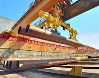 Tubulações da carga com guindaste de ponte Fotografia de Stock