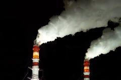 Tubulações da fábrica com vapor branco Fotos de Stock