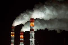 Tubulações da fábrica com vapor branco Imagem de Stock