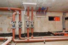 Tubulações da fonte de água quente no assoalho técnico foto de stock royalty free