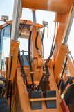 Tubulações da pressão hidráulica do buldozer agrícola moderno, maquinaria de construção foto de stock
