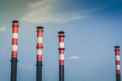 Tubulações da produção na perspectiva das tubulações do céu azul/produção na perspectiva do céu azul toned foto de stock royalty free
