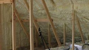 Tubulações da ventilação do ar da casa no material de isolação de prata no sótão video estoque