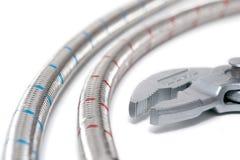 Tubulações de água flexíveis com chave Fotografia de Stock