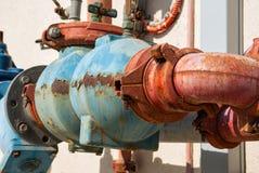 Tubulações de água oxidadas do metal Imagens de Stock