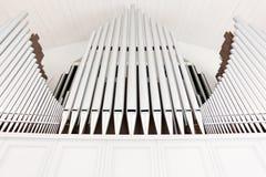 Tubulações de órgão brancas da igreja imagens de stock royalty free
