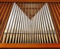 Tubulações de órgão no auditório (igreja) Foto de Stock