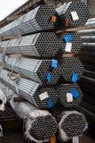 Tubulações de aço inoxidável depositadas nas pilhas Fotos de Stock
