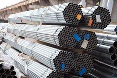 Tubulações de aço inoxidável depositadas nas pilhas Fotografia de Stock