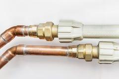 Tubulações de cobre e plásticas fotografia de stock