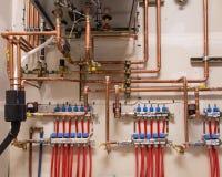 Tubulações de cobre instaladas em uma parede imagens de stock