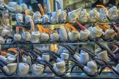 Tubulações de fumo com cinzeladura no bazar grande fotografia de stock royalty free