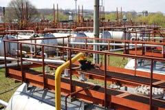 Tubulações de gás e tanques de armazenamento Fotos de Stock Royalty Free
