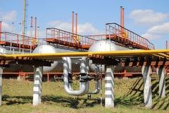 Tubulações de gás e tanques de armazenamento Fotografia de Stock Royalty Free