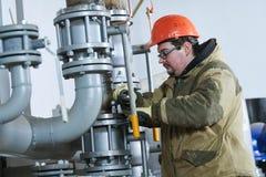 Tubulações de montagem do encanador industrial, válvulas, torneiras na sala da circulação da água imagens de stock