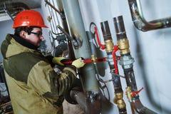 Tubulações de montagem do encanador industrial, válvulas, torneiras na sala da circulação da água fotos de stock royalty free