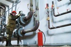 Tubulações de montagem do encanador industrial, válvulas, torneiras na sala da circulação da água imagens de stock royalty free
