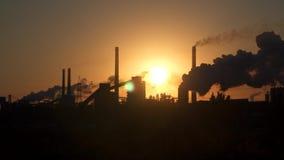 Tubulações de uma empresa industrial no fundo do sol do alvorecer filme