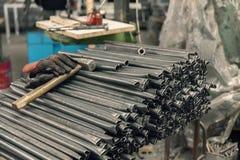Tubulações do metal armazenadas para o trabalho imagem de stock