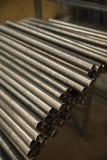 Tubulações do metal armazenadas para o trabalho foto de stock