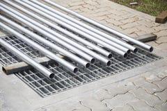 Tubulações do metal em um armazém, Pilha de tubulação de aço nova e brilhante Fotografia de Stock