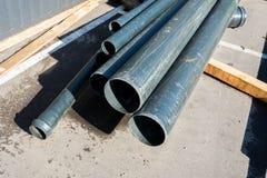 Tubulações do metal empilhadas fotos de stock