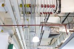 Tubulações do sistema elétrico do condicionamento de ar e do teto foto de stock