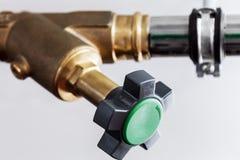 Tubulações dos reguladores e encanamentos e várias redes, água, gás imagem de stock