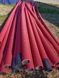 Tubulações dos vermelhos no canteiro de obras fotos de stock