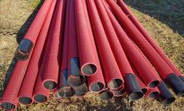 Tubulações dos vermelhos no canteiro de obras fotografia de stock royalty free