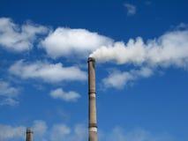 Tubulações e atmosfera da fábrica Foto de Stock