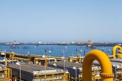 Tubulações e conexões amarelas com o fundo do mar Foto de Stock Royalty Free