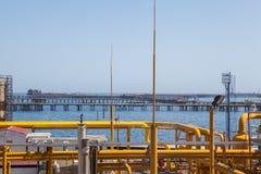Tubulações e conexões amarelas com o fundo do mar Imagem de Stock
