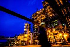 Tubulações e construções da fábrica grande Foto de Stock