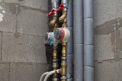 Tubulações e contadores da água no banheiro imagens de stock royalty free