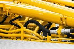 Tubulações e o sistema hidráulico do trator imagens de stock