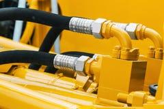 Tubulações e o sistema hidráulico do trator fotografia de stock