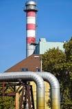 Tubulações e pilha de fumo da central elétrica imagem de stock royalty free