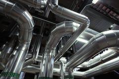 tubulações e válvulas diferentes do tamanho em um central elétrica Foto de Stock Royalty Free