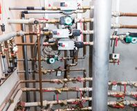 Tubulações e válvulas do sistema de aquecimento Fotografia de Stock Royalty Free