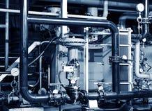 Tubulações e válvulas do torneira do sistema de aquecimento em uma sala de caldeira imagem de stock