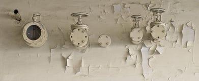 Tubulações e válvulas e flocos da pintura Imagens de Stock