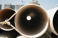 Tubulações em um canteiro de obras imagem de stock
