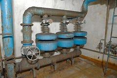 Tubulações em um depósito subterrâneo imagem de stock